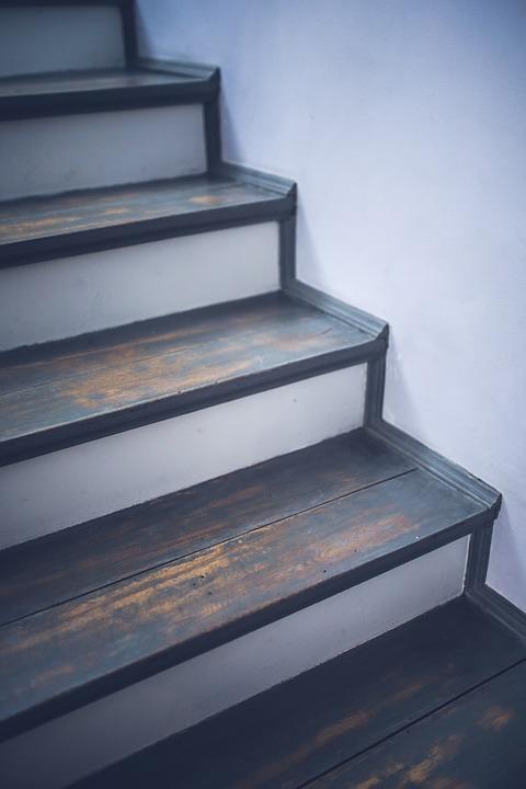 Notre méthode pour rénover votre escalier en bois trop endommagé